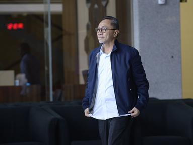 Ketum PAN Zulkifli Hasan berjalan akan menjalankan Salat Jumat di sela-sela pemeriksaan oleh penyidik di Gedung KPK, Jakarta, Jumat (14/2/2020). Zulkifli diperiksa sebagai saksi untuk tersangka korporasi PT Palma Satu terkait kasus alih fungsi hutan Riau pada tahun 2014. (merdeka.com/Dwi Narwoko)