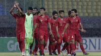 Para pemain Timnas Indonesia U-22 menyapa suporter usai melawan hayangkara FC pada laga uji coba di Stadion Patriot, Bekasi, Rabu (6/2). Keduanya bermain imbang 2-2. (Bola.com/Yoppy Renato)