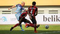 Penyerang Persela Lamongan, Ivan Carlos Coelho (kiri) mencetak gol pertama timnya saat melawan Persipura Jayapura dalam laga pekan kedua BRI Liga 1 2021/2022 di Stadion Wibawa Mukti, Cikarang, Jumat (10/09/2021). (Foto: Bola.com/Bagaskara Lazuardi)