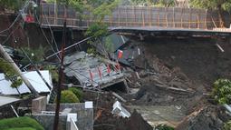 Kondisi tanah yang mendadak amblas di Jalan Raya Gubeng, Surabaya, Jawa Timur, Rabu (19/12). Beruntung saat kejadian, tidak ada kendaraan yang melintas di jalan raya tersebut. (Liputan6.com/Pool/FB Dishub Kota Surabaya)
