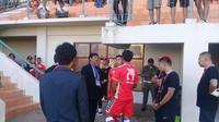 Suasana saat pemain Persis, Shulton Fajar tidak dapat bermain karena salah nomor punggung, saat menghadapi Martapura FC, Minggu (14/7/2019). (Bola.com/Vincentius Atmaja)