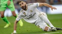 Penyerang Real Madrid, Karim Benzema terjatuh saat menjamu Leganes pada pekan ke-11 La Liga 2019-2020 di Santiago Bernabeu,, Rabu (30/10/2019). Real Madrid tanpa ampun menghajar tamunya Leganes, 5-0. (AP/Bernat Armangue)