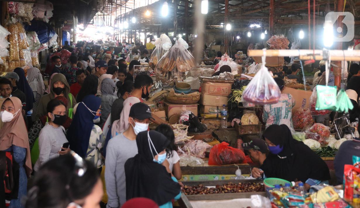 Pengunjung membeli kebutuhan makanan untuk persiapan Lebaran di pasar Kebayoran Lama, Jakarta, Selasa (11/5/2021). Warga memadati pasar tradisional demi memenuhi kebutuhan jelang Idul Fitri 1442 H. (Liputan6.com/Angga Yuniar)