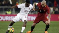 Aksi pemain AC Milan, Franck Kessie (kiri) berusaha keluar dari adangan pemain AS Roma, Radja Nainggolan pada lanjutan Serie A di Rome Olympic stadium, (25/2/2018). AC Milan menang 2-0. (AP/Alessandra Tarantino)