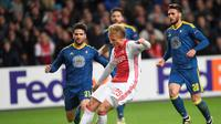 Penyerang Ajax Amsterdam, Kasper Dolberg (tengah) saat beraksi kontra Celta Vigo pada ajang Liga Europa 2016-2017, di Amsterdam Arena (3/11/2016). Dolberg menjadi incaran Manchester City.  (Reuters/Toussaint Kluiters)