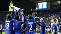 Para pemain Chelsea mengangkat N'golo Kante, saat merayakan gelar juara Liga Champions usai menaklukkan Manchester City pada laga final di Stadion Dragao, Minggu (30/5/2021). Chelsea menang dengan skor 1-0. (AP/Manu Fernandez, Pool)