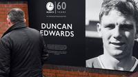 Peringatan 60 tahun kecelakaan pesawat terbang yang menewaskan mayoritas skuat Manchester United, salah satunya Duncan Edwards. (AFP/Paul Ellis)