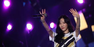 Hyoyeon SNSD memanaskan panggung Countdown Asian Games 2018, Jumat (18/8/2017) malam, dengan dua lagu, Mistery dan Wanna Be, setelah itu giliran Taeyeon. (Bambang E. Ros/Bintang.com)