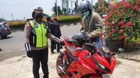 Anggota Satlantas Polres Metro Depok melakukan penilangan knalpot bising di Jalan Raya Margonda, Kota Depok. (Liputan6.com/Dicky Agung Prihanto)