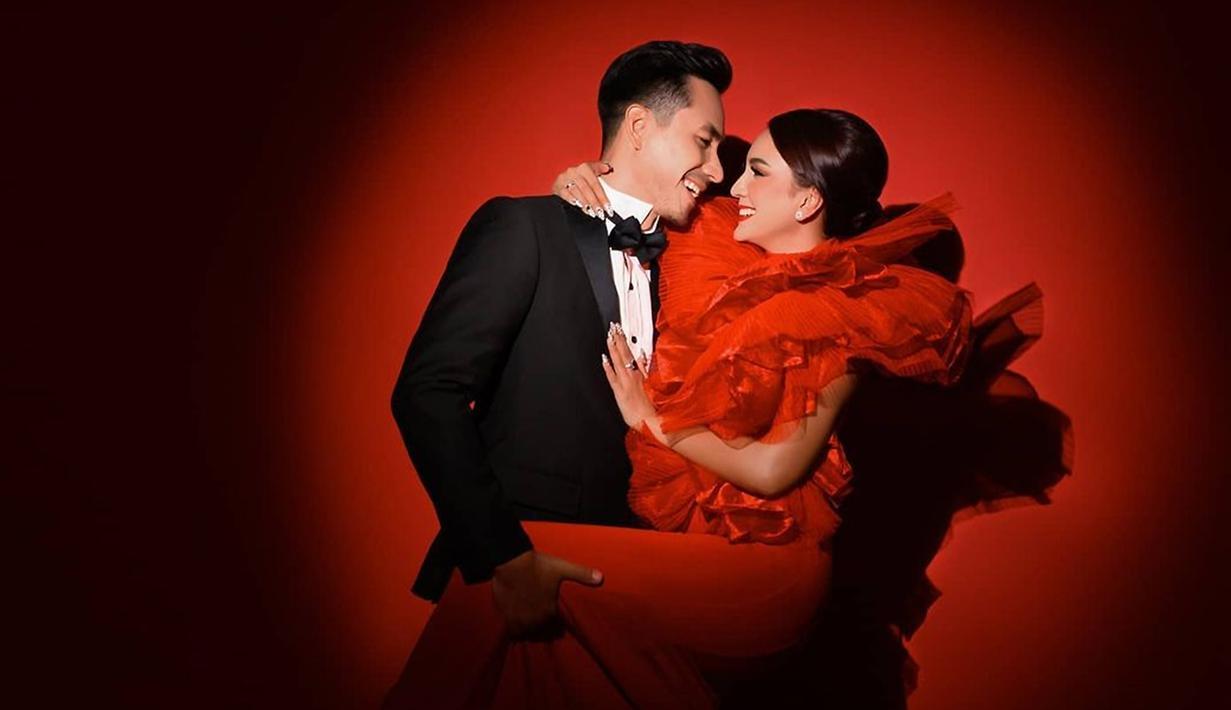 Kerap disebut pasangan idaman, Darius Sinathrya dan Donna Agnesia patut menjadi contoh bagi kalangan selebriti. Menjelang 15 tahun perjalanan rumah tangganya, keduanya kerap tampil bersama saat menjadi presenter olahraga. (Liputan6.com/IG/riomotret)
