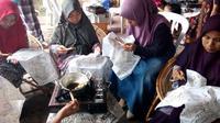Ibu - ibu di Malang, Jawa Timur, belajar mencanting untuk teknik dasar batik tulis (Liputan6.com/Zainul Arifin)