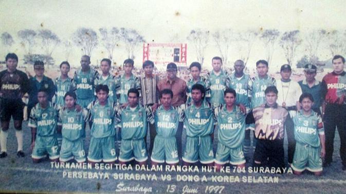 Yusuf Ekodono (jongkok tengah) bersama rekan Persebaya pada 1997, termasuk Carlos de Mello dan Jacksen F. Tiago, saat menghadapi klub Korea Selatan dalam turnamen segitiga di Surabaya. (Bola.com/Istimewa/Fahrizal Arnas)