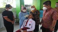 Seorang siswa SD di Kota Malang menjalani tes swab antigen di sekolah demi mencegah penyebaran Covid-19 (Humas Pemkot Malang)