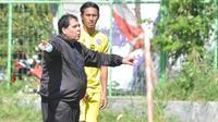 Pelatih Arema FC, Carlos Oliveira, memberikan instruksi dalam sesi latihan Singo Edan. (Bola.com/Iwan Setiawan)