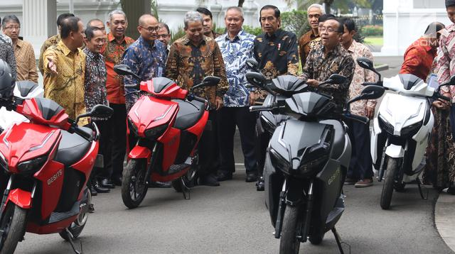 Presiden Joko Widodo (Jokowi) didampingi Menteri Sekretaris Negara, Pratikno dan Menristekdikti M. Nasir menerima audiensi dengan pihak yang terlibat dalam produksi sepeda motor listrik Gesits di Istana Merdeka, Rabu (7/11). (Liputan6.com/Angga Yuniar)