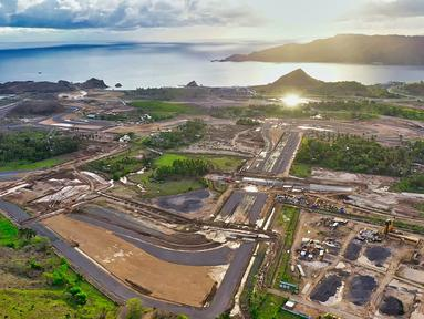 Foto aerial perkembangan pembangunan Sirkuit Jalan Raya Mandalika yang berada di dalam Kawasan Ekonomi Khusus Mandalika, Kamis (14/1/2021). Mandalika Grand Prix Association (MGPA) mengabarkan perkembangan pembangunan Sirkuit sudah mencapai 42,98 persen. (foto dok MGPA)