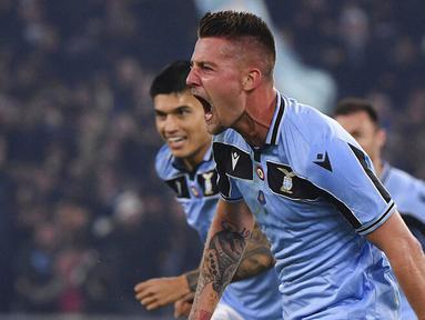 Gelandang Lazio, Sergej Milinkovic-Savic, melakukan selebrasi usai membobol gawang Inter Milan pada laga Serie A di Stadion Olympico, Minggu (16/2/2020). Lazio menang 2-1 atas Inter Milan. (AP/Alfredo Falcone)
