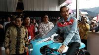 Jokowi tunggangi motor kustom bergaya cafe racer milik Gibran. (Arief/Liputan6.com)