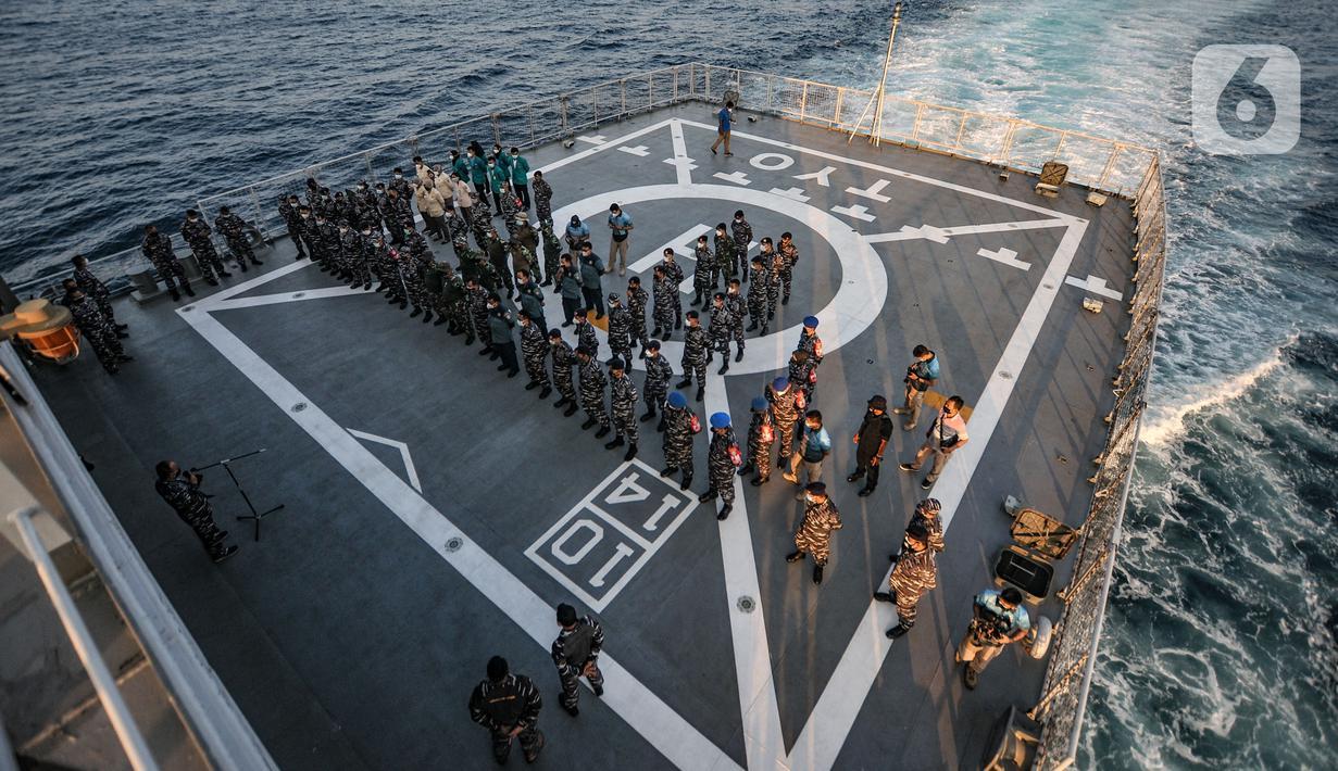 Tim vaksinator dari Komando Lintas Laut Militer (Kolinlamil) melakukan apel sebelum kegiatan Serbuan Vaksinasi Maritim di atas KRI Teluk Youtefa-522 di Kepulauan Seribu, Jakarta, Jumat (23/7/2021). Acara itu menargetkan 1.000 orang selama dua hari pada 23 dan 24 Juli. (merdeka.com/Iqbal S Nugroho)