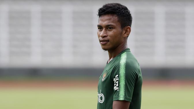 Pemain Timnas Indonesia U-22, Osvaldo Haay, memperhatikan rekan-rekannya saat latihan di Stadion Madya Senayan, Jakarta, Selasa (29/1). Latihan ini merupakan persiapan jelang Piala AFF U-22. (Bola.com/Yoppy Renato)