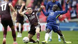 Pemain Leicester City, Luke Thomas, berebut bola dengan pemain Chelsea, N'Golo Kante, pada laga final Piala FA di Stadion Wembley, Sabtu (15/5/2021). The Foxes menang dengan skor 1-0. (Nick Potts/Pool via AP)