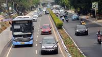 Pengendara melintasi Jalan Rasuna Said, Jakarta, Selasa (8/8). Pemberlakukan sistem ganjil genap di Jalan Rasuna Said akan dibahas dalam focus group discussion (FGD) Pemprov DKI Jakarta bersama instansi terkait. (Liputan6.com/Helmi Fithriansyah)