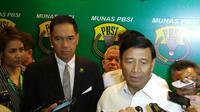 Wiranto (kanan) terpilih menjadi Ketua Umum PBSI 2016-2020 dalam pemilihan di Hotel Bumi, Surabaya, Senin (31/10/2016). (Bola.com/Fahrizal Arnas)