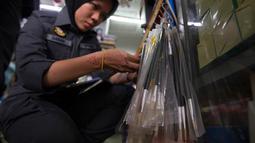 Petugas memeriksa kuas yang diduga terbuat dari bulu babi di toko hardware luar Kuala Lumpur, Malaysia, Rabu (8/2). Operasi nasional dilangsungkan setelah pengujian atas beberapa kuas memperihatkan dibuat dari bulu babi. (AP Photo/Daniel Chan)
