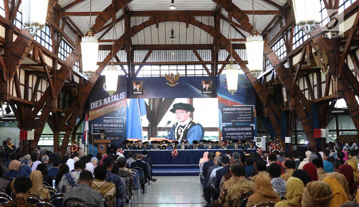 Suasana acara Dies Natalis ke-59 ITB di Aula Barat ITB, Bandung, Jawa Barat, Jumat (2/3). Kegiatan tahunan ini diisi pidato ilmiah Prof. Dr. I Ketut Adnyana, M. Si. yang berjudul Harmony with Nature in Harmonia Progressio. (Liputan6.com/Immanuel Antonius)
