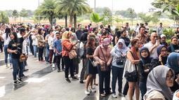 """Penonton mengantre saat akan menyaksikan konser """"Westlife-The Twenty Tour 2019"""" di ICE BSD, Tangerang, Banten, Selasa (6/8/2019). Konser yang diselenggarakan oleh Full Color Entertainment ini merupakan bagian dari perayaan 20 tahun Westlife berkarya. (Liputan6.com/Fery Pradolo)"""