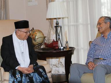 Bakal calon Wakil Presiden Kiai Ma'ruf Amin, bertemu dengan Perdana Menteri Malaysia, Mahathir Mohamad, di Kuala Lumpur, Sabtu (8/9). Pertemuan keduanya membicarakan isu-isu terkini di lingkungan ASEAN dan Asia. (Liputan6.com/Pool/Tim KH Ma'ruf Amin)