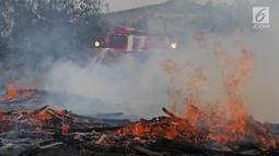 Tank MT-LBu-GPM-10 melakukan pemadaman api saat diuji coba di kawasan Cakung, Jakarta, Rabu (24/7/2019). Kendaraan lapis baja amfibi tersebut dibuat untuk memadamkan kebakaran besar. (Liputan6.com/Herman Zakharia)