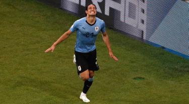 Penyeraeng Uruguay, Edinson Cavani berselebrasi usai mencetak gol ke gawang Portugal pada babak 16 besar Piala Dunia 2018 di Stadion Fisht, Sochi, Rusia (30/6). Cavani mencetak dua gol dan Uruguay menang 2-1 atas Portugal. (AP Photo/Darko Vojinovic)