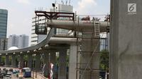 Jajaran tiang  beton proyek LRT di Jakarta, Kamis (6/9). Melemahnya nilai tukar rupiah terhadap dolar AS berdampak terhadap proyek infrastruktur karena sebagian bahan baku serta teknologi diimpor. (Merdeka.com/Imam Buhori)