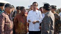 Presiden Joko Widodo atau Jokowi saat meresmikan Tol Jombang-Mojokerto di Mojokerto, Jawa Timur, Minggu (10/9/2017). (Liputan6.com/Ahmad Romadoni)