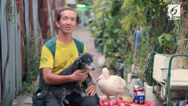 Seorang pria menggelar pertunjukan bersama empat hewan peliharaannya setiap malam. Tujuannya adalah menghibur orang yang merasa sedih.
