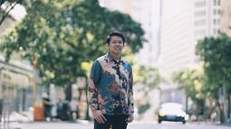 Bayu Skak sering membagikan potret dirinya di sosial media. Memakai baju batik menjadi ciri khasnya, seperti saat berlibur ke Hongkong ini.(Liputan6.com/IG/@moektito)