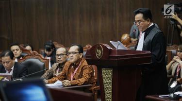 Ketua Tim Hukum Joko Widodo-Ma'ruf Amin, Yusril Ihza Mahendra memberi keterangan dalam sidang sengketa Pilpres 2019 di Gedung MK, Jakarta, Selasa (18/6/2019). Sidang tersebut beragendakan mendengarkan jawaban dari termohon. (Liputan6.com/Faizal Fanani)