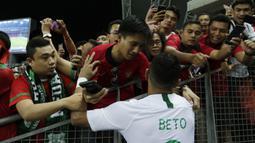 Seorang suporter menyapa striker Timnas Indonesia, Beto Goncalves, usai dikalahkan Singapura pada laga Piala AFF di Stadion Nasional, Singapura, Jumat (9/11). Singapura menang 1-0 atas Indonesia. (Bola.com/M. Iqbal Ichsan)