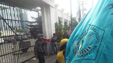 Mahasiswa tampak berunjuk rasa di depan pagar Kantor Kejati Sulsel menuntut penuntasan kasus korupsi penyelewengan dana kegiatan bimbingan teknis (Bimtek) DPRD Enrekang (Liputan6.com/ Eka Hakim)