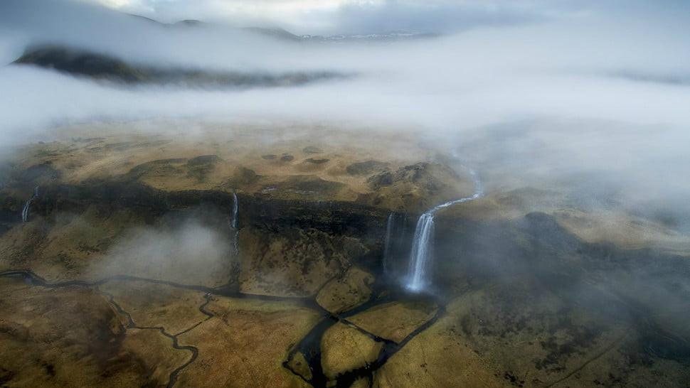 Air terjun Seljalandsfoss di Islandia. (Doc: Alex Mimo/Dronestagram)