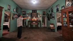 Cucu warga Tionghoa yang rumahnya digunakan tokoh muda Indonesia, Djanto Djoewari alias Djiauw Kiang Lin (70) menunjuk foto di Rumah Pengasingan Sukarno dan Mohammad Hatta di Rengasdengklok, Karawang, Jawa Barat, Kamis (16/8). (Merdeka.com/Iqbal Nugroho)