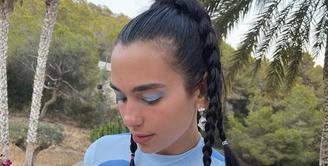 Penyanyi Dua Lipa mengenakan kepang ponytail yang terlihat menggemaskan. Ia membuat empat kepangan. Instagram @dualipa