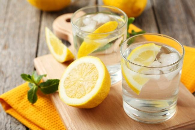 Air lemon menyehatkan/copyright cleanfoodcrush.com