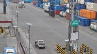 Petugas keamanan melakukan pengecekan kendaraan di Terminal Peti Kemas (TPK) Koja, Pelabuhan Tanjung Priok, Jakarta, Selasa (25/10). (Liputan6.com/TPK Koja)