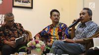 """Peneliti LIPI, Syamsuddin Haris menjadi pembicara dalam peluncuran buku KPU dan diskusi publik di Media Center KPU RI, Jakarta, Rabu (13/12). Diskusi bertema """"Menuju Pemilu 2019 Berintegritas dan Demokrasi Terkonsolidasi"""". (Liputan6.com/Angga Yuniar)"""