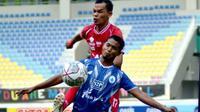 Pemain Persijap Busari duel dengan pemain PSCS yang berakhir 0-0 di Stadion Manahan Solo, Senin (18/10/2021). (Bola.com/Gatot Susetyo)