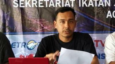 Koordinator GeRAK Aceh Barat, Edy Syah Putra dalam sebuah kegiatan konferensi pers di sekretariat bersama wartawan Meulaboh (Liputan6.com/Ist)