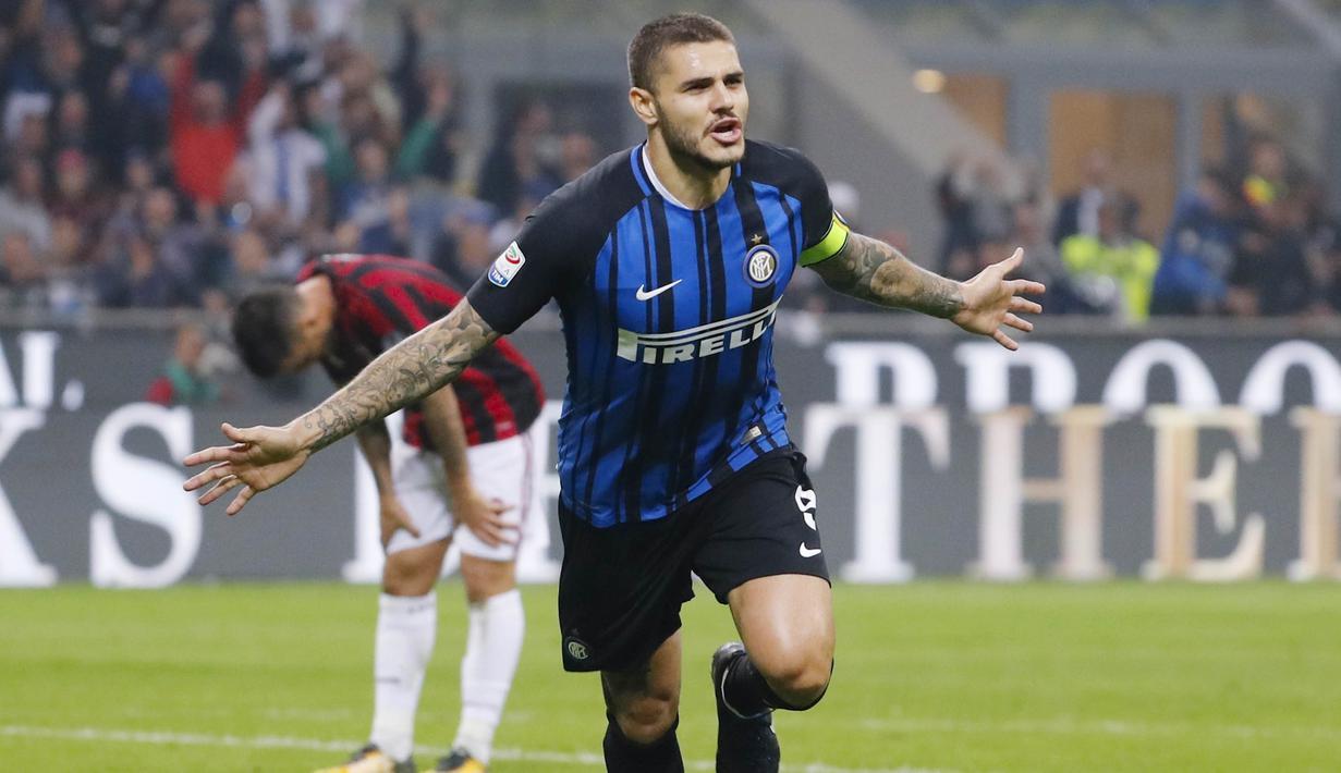 Striker Inter Milan, Mauro Icardi, melakukan selebrasi usai mencetak gol ke gawang AC Milan pada laga Serie A Italia di Stadion Giuseppe Meazza, Milan, Minggu (15/10/2017). Inter Milan menang 3-2 atas AC Milan. (AP/Antonio Calanni)