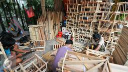 Aktivitas pengrajin saat membuat kerangka parsel di Cikini, Jakarta, Selasa (21/6/2016). Menjelang Lebaran, pengrajin kerangka parsel mulai kebanjiran pesanan. (Liputan6.com/Yoppy Renato)